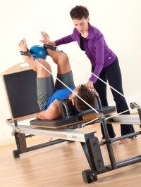 Fizjoterapeutka podczas rehabilitacji