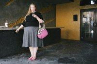 Kobieta z różową torebką